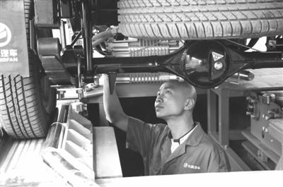 在长帆新能源汽车有限公司的整车检测线上,陈永祥刚刚钻出汽车检修坑